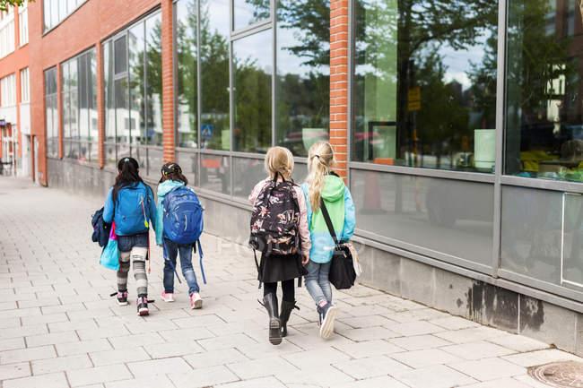 Девушки ходят по улице — стоковое фото