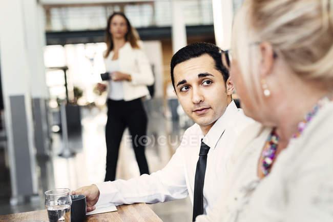 Коллеги обедают по работе — стоковое фото