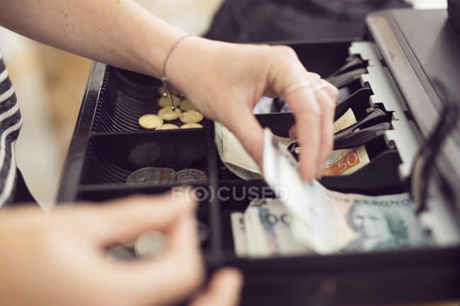 Mujer manos teniendo dinero - foto de stock