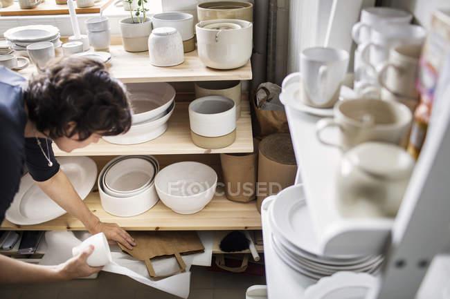 Potter puxando saco de papel — Fotografia de Stock
