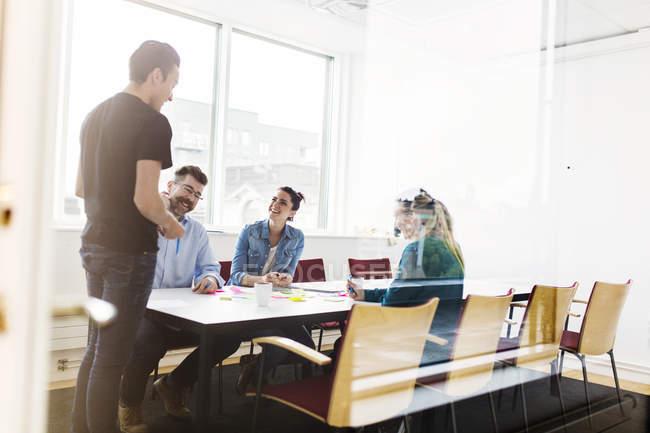 Colegas falando durante uma reunião de negócios — Fotografia de Stock