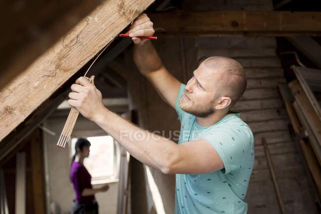 Mann arbeitet für die Renovierung von alten Dachboden — Stockfoto