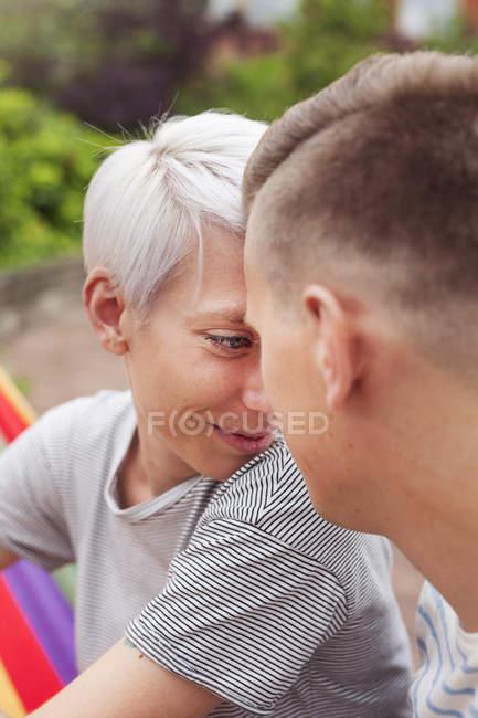 Ritratto di coppia che si guarda — Foto stock