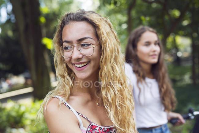 Due ragazze adolescenti (14-15) nel parco — Foto stock