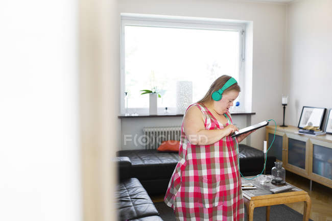 Женщина с синдромом Дауна, с помощью цифрового планшета — стоковое фото