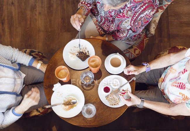 Три женщины делают перерыв на кофе в кафе — стоковое фото