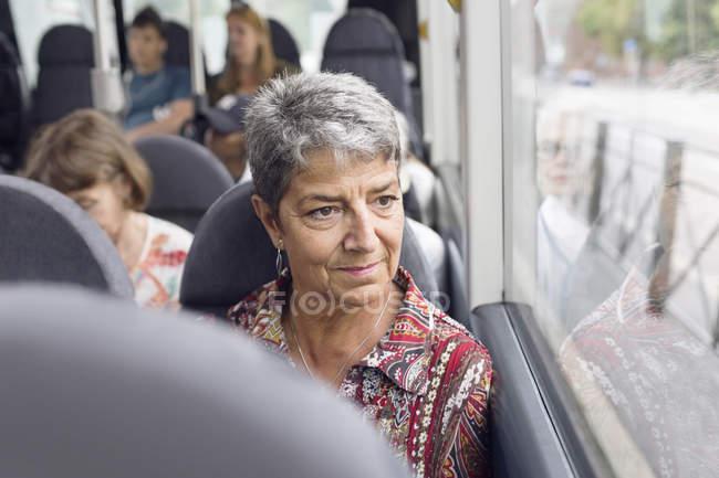 Donna che guarda attraverso il finestrino dell'autobus — Foto stock