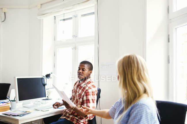 Колега проходження документа, колега в офісі — стокове фото
