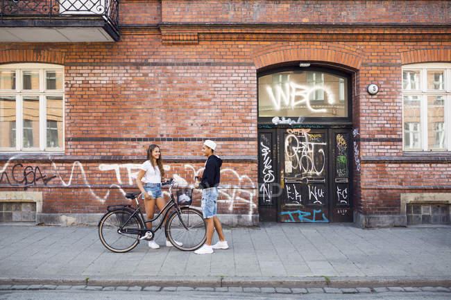 Ragazza e ragazzo adolescente (14-15) ne sul marciapiede — Foto stock