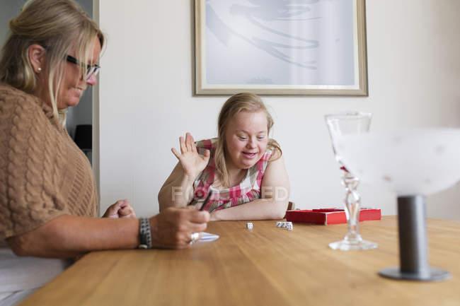 Mutter und Tochter mit Down-Syndrom spielen Spiel — Stockfoto