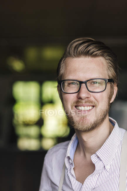 Portrait of smiling man wearing white shirt and eyeglasses — Stock Photo