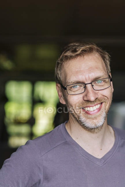 Ritratto di uomo sorridente che indossa occhiali da vista — Foto stock