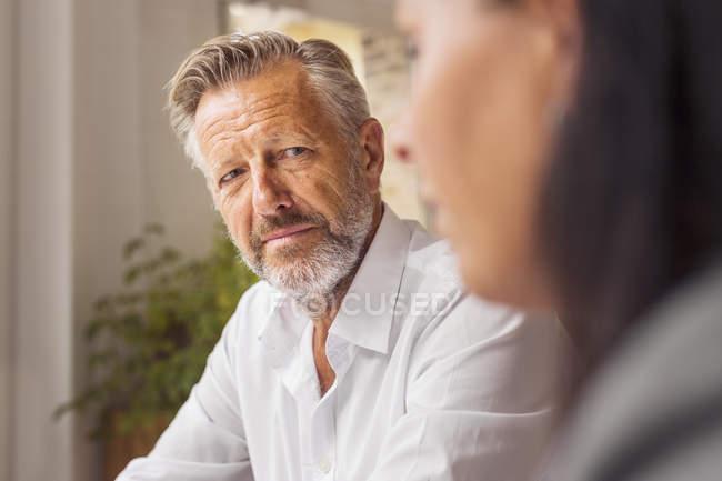 Uomo maggiore e donna matura che comunica in caffè — Foto stock