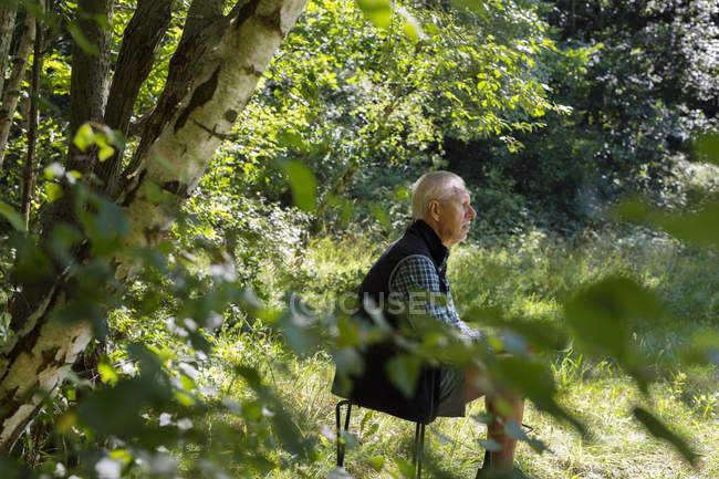 Man sitting in forest  at forest during daytime — Stock Photo