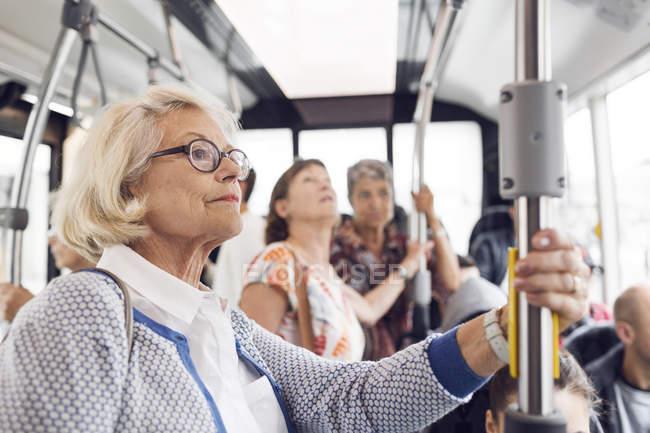 Tre donne in piedi in autobus — Foto stock