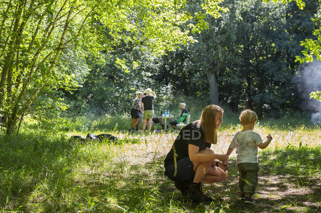 Mother and son (2-3) in meadow during daytime — Stock Photo