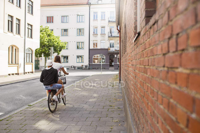 Adolescente et adolescent garçon (14-15) à vélo ensemble — Photo de stock