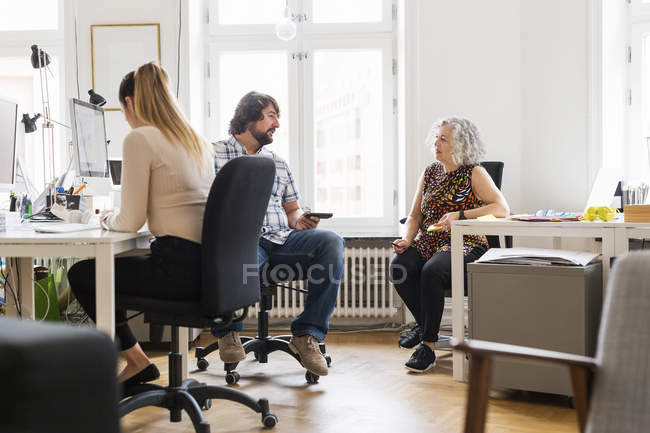 Coworkers talking in office during daytime — Stock Photo