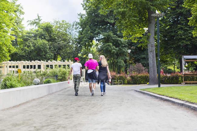 Adolescente e ragazzi adolescenti (14-15) a piedi nel parco — Foto stock