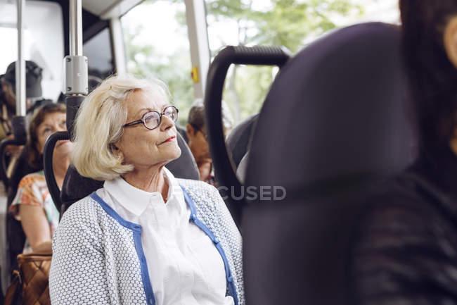 Donna anziana seduta in autobus — Foto stock