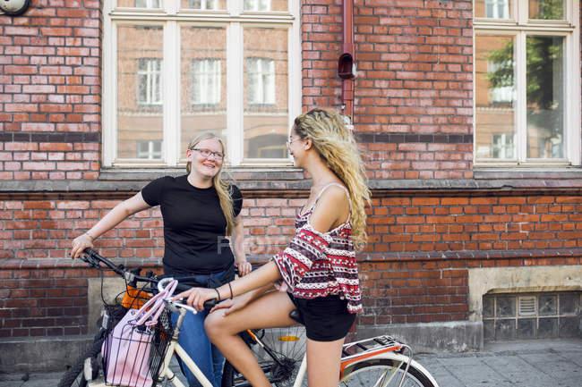Due ragazze adolescenti (14-15) sulle biciclette ne — Foto stock