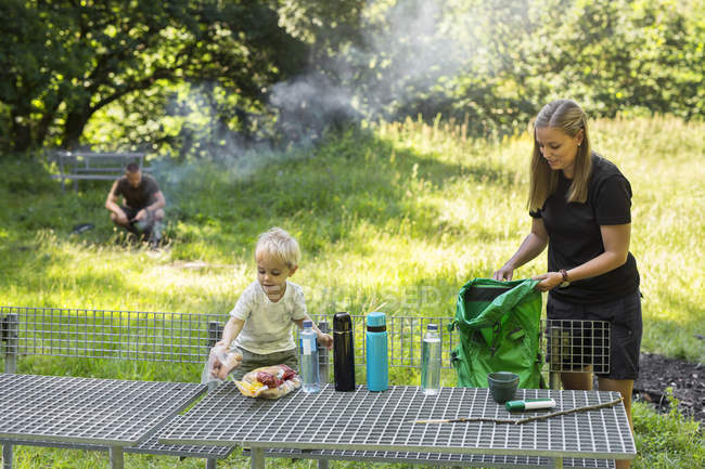 Mother with son (2-3) by picnic table — Stock Photo