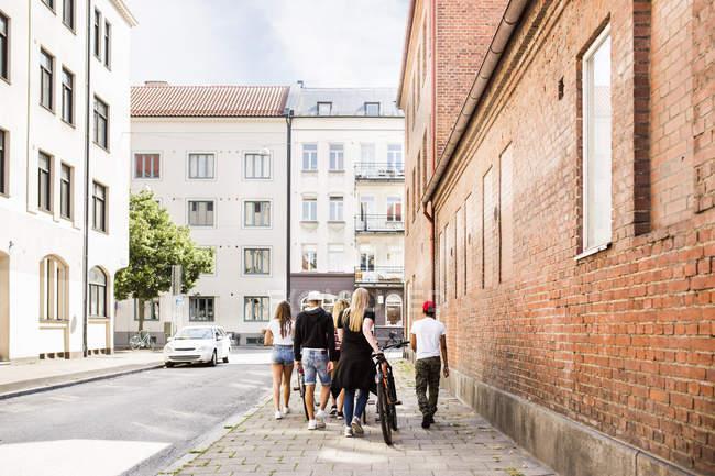 Ragazze adolescenti e ragazzi adolescenti (14-15) a piedi in città — Foto stock