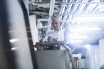 Ingénieur travaillant à l'usine de production — Photo de stock