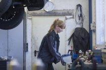Женщина механика на станция технического обслуживания автомобилей — стоковое фото