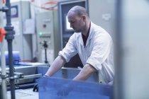 Людина в лабораторію пальто докладаємо всіх зусиль — стокове фото