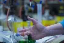Рабочий готовит химическую смесь — стоковое фото