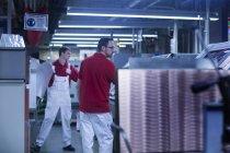 Collègues masculins travaillant à l'usine — Photo de stock