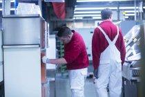 Hommes travaillant dans une usine industrielle — Photo de stock