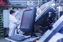 Жінка в лабораторію пальто робочих — стокове фото