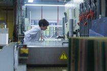 Frau in Lab coat arbeiten — Stockfoto