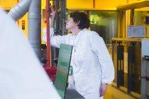 Femme en blouse de laboratoire, matériel de réglage — Photo de stock