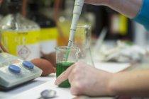 Femme travaillant avec des substances en laboratoire — Photo de stock