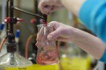 Женщина, работающая с веществами в лаборатории — стоковое фото