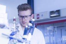 Вчений, робота з інструментами під час наукового експерименту — стокове фото