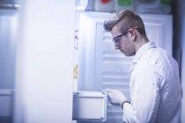 Scientifique travaillant avec des outils au cours de l'expérience scientifique — Photo de stock