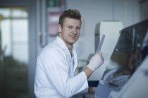Wissenschaftler arbeiten mit Werkzeugen während wissenschaftliches experiment — Stockfoto