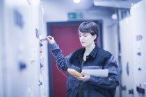 Ingenieurin, die Anpassung der Maschinen — Stockfoto