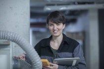 Ingenieur mit Tablet PC Inspektion von Maschinen — Stockfoto