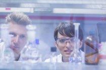 Scientifiques faisant un examen d'échantillons en laboratoire — Photo de stock