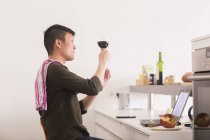 Mann mit Weinglas in Küche — Stockfoto