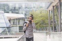 Бизнесмен разговаривает по смартфону — стоковое фото