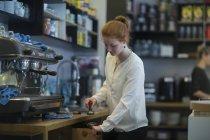 Руда дівчина Бармен на роботі — стокове фото