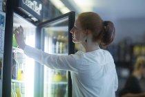 Rothaarige Mädchen Barkeeper bei der Arbeit — Stockfoto