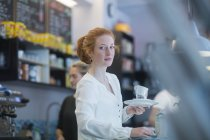 Barman fille rousse au travail — Photo de stock