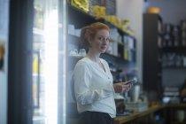 Barman de fille à l'aide de téléphone — Photo de stock